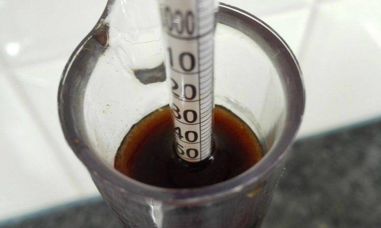 Het soortelijk gewicht kan gemeten worden met een hydrometer