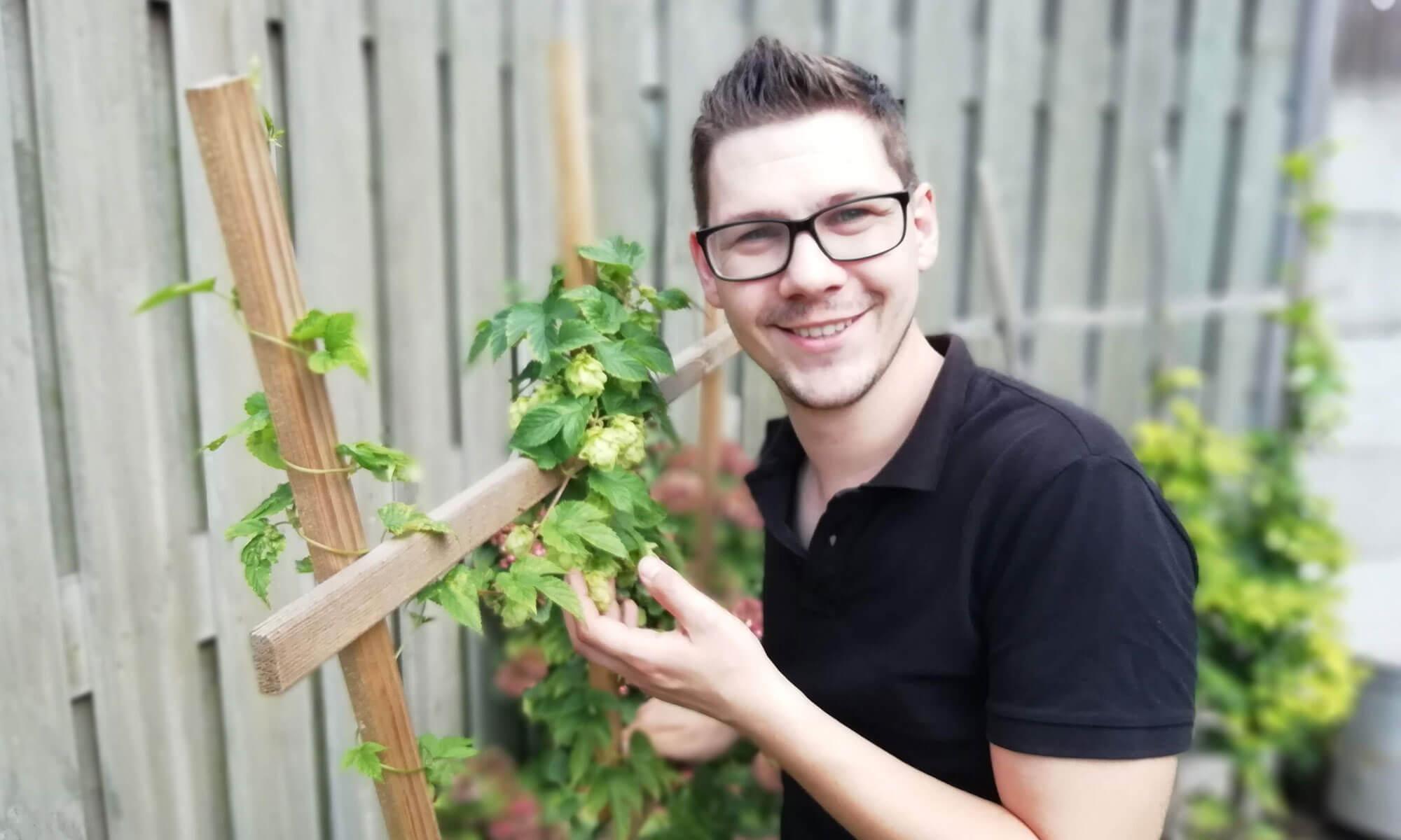 Hier sta ik bij mijn hopplant