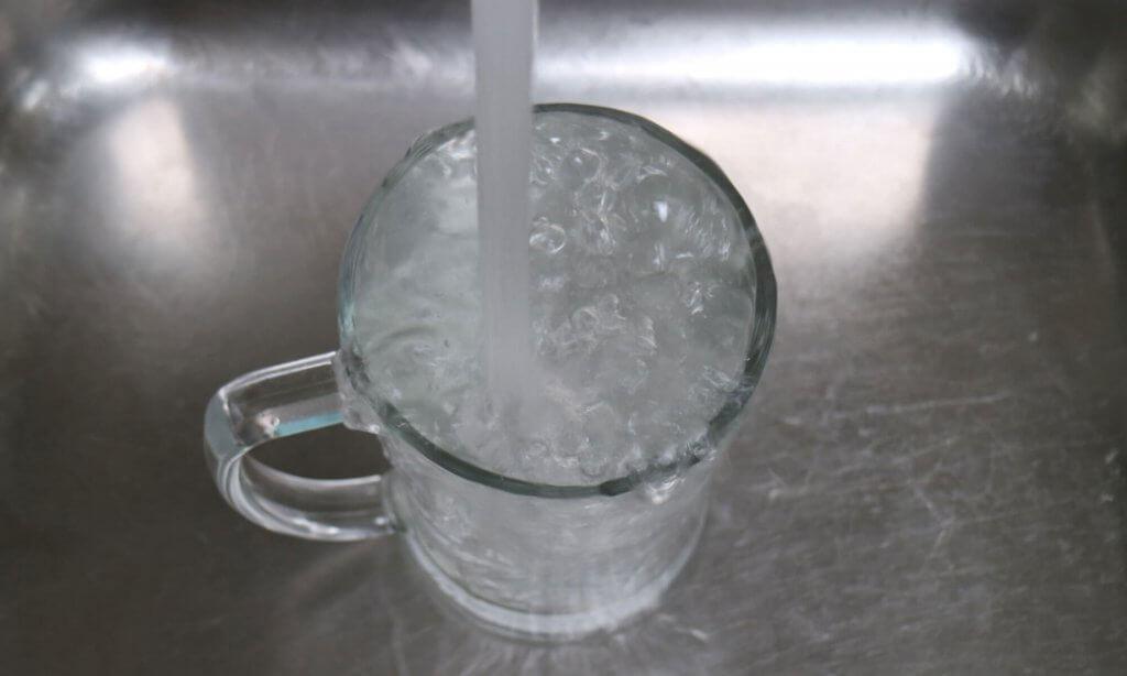 Het spoelwater vangt eventuele verliezen van water op.