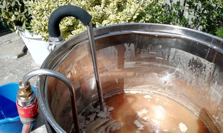 Linksboven de whirlpoolstang, waarmee de whirlpool uitgevoerd wordt.