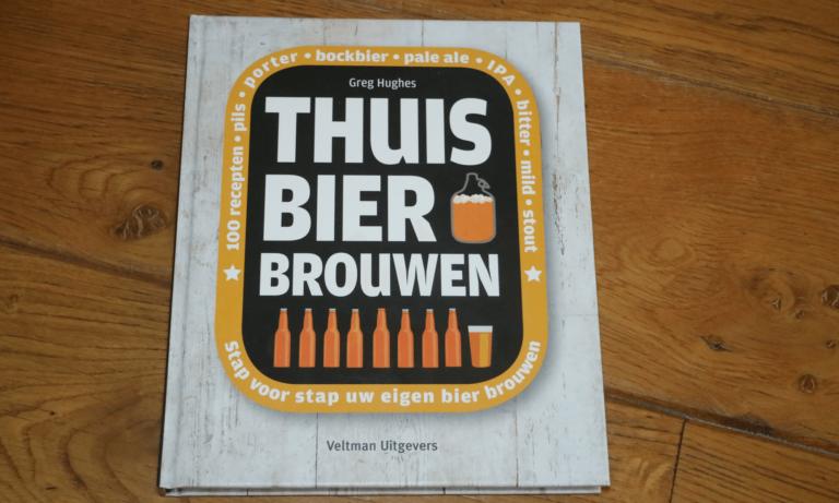 Het boek thuis bier brouwen van Greg Hughes
